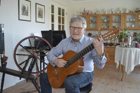 Kamerat med gitaren: – Jeg bruker denne hver dag, sier Ståle Olav Eide, og gir til beste en bit av «Streets of London». Foto: Bjørn Ystrøm