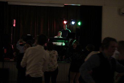 DANS: Med musikken til bandet var det få som klarte å la være å bevege litt på dansefoten.