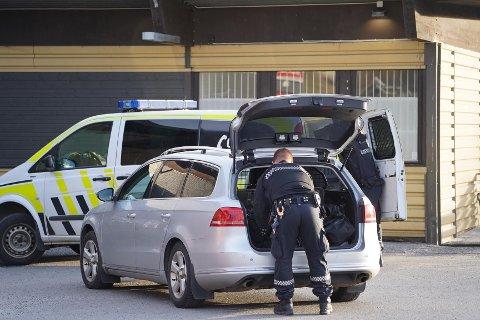 Politiet har satt sjåføren i politibilen. (Foto: Johnny Larsen)
