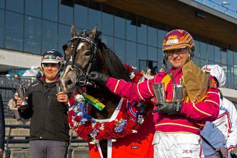 TOPPTRIO: Stor dag for Ole-Christian Kjenner, Tangen Trygg og Jan Roar Mjølnerød (th) som trener og kusket vinneren av H.M. Kongens Pokalløp. Seieren var verdt 200.000 kroner. FOTO: Eirik Stenhaug, Equus