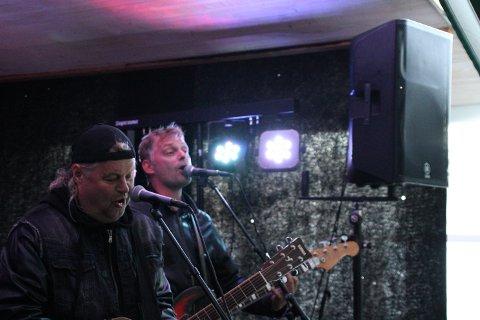 GODT PUBLIKUM: Torgeir Hansen (f.v), Kenneth Jensen og resten av bandet ble møtt med allsang og jubel.