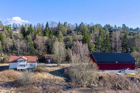 SELGES: Eiendommen ligger i et etablert og landlig bolig om hytteområde med spredt bebyggelse ved Røsneskilen.