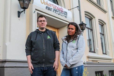 FRUSTRERT: Michael Lundsveen og Mikaela Røstadli Dahl fortviler etter at Ungdomssamfundet i Violgata tirsdag kveld ble utsatt for hæverk.