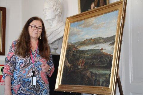 MALERI: Kristin Søhoel viste frem et maleri som viser Rød Herregård på slutten av 1600-tallet. Verket er malt av Jacob Coning i 1699.
