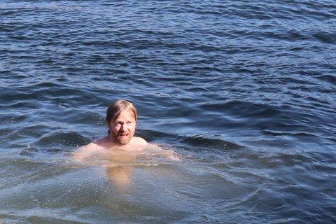 BADEKONGEN: Håkon Ohlgren lar ikke badevannet vente, selv under konsert.
