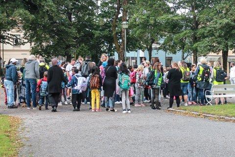 OPPSTARTSPROBLEMER: Busstransporten fra Busterudparken til nye Os skole på Folkvang har ikke gått helt etter planen de første dagene av det nye skoleåret.