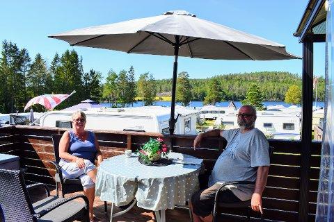 FORKASTER HVALER: Wenche Randi Hansen og Øystein Høyby fra Årnes fant det de letet etter på Kirkeng camping i Aremark.