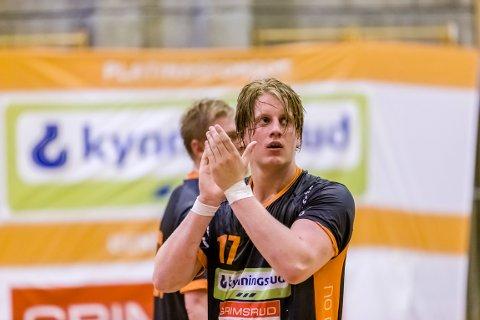GOD KAMP: August Olsen Storbugt (19) klarte seg bra i HTH-forsvaret mot gullfavorittene fra Elverum.