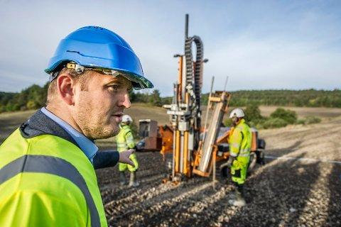 Skal få ned jernbaneutgiftene: Samferdselsminister Jon Georg Dale sier det ikke kommer på tale å bruke 60 milliarder på jernbanen fra Råde til Halden. Onsdag møter han ordførerne og Østfold-benken. (Arkivfoto: Geir A. Carlsson)