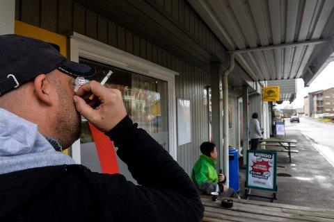 RØYKER: Beboere i Jevnakerveien borettslag plages av røyklukt fra Spilleriet i Stokke. Røykerne mener at de har sin fulle rett til å røyke på fortauet utenfor spillehallen og har ingen planer om å slutte med det.