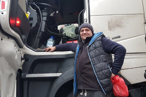 EUROPA RUNDT: Vladimir kjører mil på mil langs europaveiene i sin Volvo HF Euro 6.