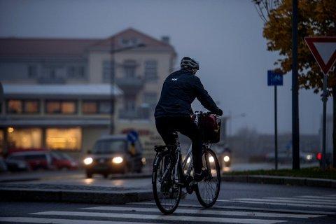 Ikke bra. En syklist uten lys foran og bak er en stor risikofaktor i trafikken.
