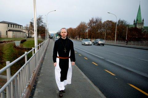 Erik Varden (46) er fra Rakkestad, men har bodd 30 år i utlandet. Nå er han tilbake til Norge, og lørdag vigsles han til biskop i Nidarosdomen.