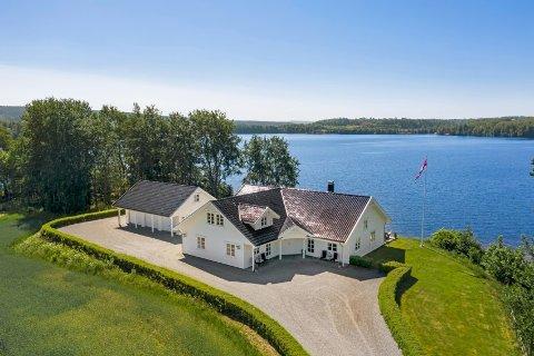 PANORAMAUTSIKT: Denne eiendommen 25 meter fra Femsjøen ligger nå ute for salg for 10 millioner kroner.