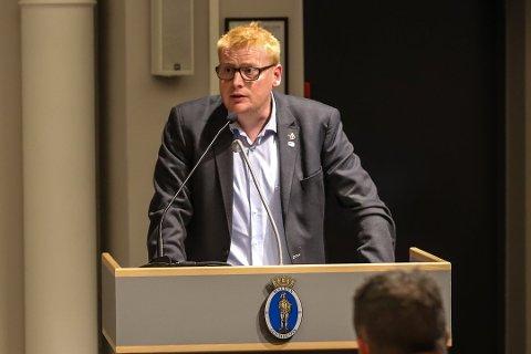 RYDDE OPP DRITTEN: – Vi har nå en nasjonal utfordring med å rydde opp i dritten vår, for å si det litt folkelig, sa Fredrik Holm fra talerstolen under formannskapsmøtet torsdag kveld.