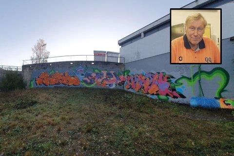 Innehaver Truls Pedersen er glad for at han sa ja da  Nordre Follo Gatekunst spurte om de kunne male på muren på Best-stasjonen i Aremark.