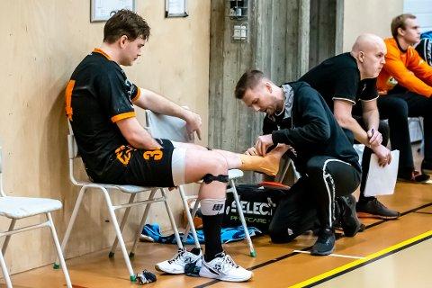 Dobbelt vondt for Mads Jensen. Både avgjørende skuddbom og en skadet ankel var smertefullt. Her bandasjeres han av fysio Jørgen Korsæth.