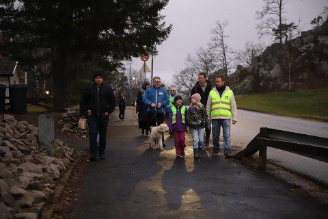 LANG SKOLEVEI: I høstmørket tok en gruppe elever og foreldre turen fra Stangeløkka til Folkvang.