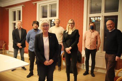 Samarbeidspartiene fikk torsdag kveld vedtatt sitt budsjettforslag.  F.v: Fridtjof Dahlen (SV), Helge Bergseth Bangsmoen (AP), Anne Kari Holm (SP), Joakim Karlsen (Venstre), Linn Laupsa (AP), Johan Johansen (MdG) og Jens Bakke (SP)