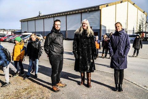 BEKYMRET: Skoleveien til Tistedal skole bekymrer FAUs Morten Eylertsen, rektor Aud Pettersen-Solberg (i midten) og assisterende rektor Elin Lande.