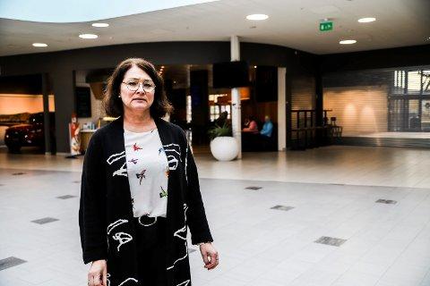 UROLIG: Senterleder Britt Brattli synes det er urovekkende at det nå kommer kunder fra Moss til Halden for å handle. Mange butikker er stengt ned i Moss og en rekke andre kommuner på Østlandet for å forhindre at virusmutant skal spre seg.