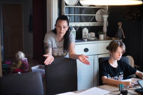 ALT ORDNER SEG: – Jeg kjenner litt på uvissheten, at alle lurer på hvor lenge det skal vare. Men alt ordner seg, det hjelper ikke å stresse, sier Helena Smedsrud, her med sønnen sjuendeklassing Konstantin.
