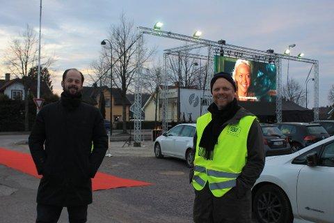 Bildet er hentet fra Tønsberg Blad som skrev om tilsvarende arrangement i Tønsberg. Daniel Larsen (t.v.) i Tønsberg Lyd og Lys er den som leverer utstyret og Pål Egeland i Folksom realiserte prosjektet.