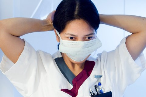 Folkehelseinstituttet vurderer nå å be ansatte uten symptomer på korona bruke munnbind på sykehjem.