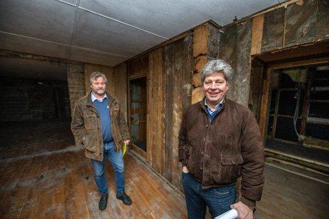 Alf Ulven (t. v.) overtok Kniple gård i 2012. Her er han avbildet sammen med Lars-Petter Håheim fra Håheim Prosjekt AS, inne på Kniple Gård