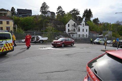 ULYKKE: Det var under den hvite bilen den varme kyllingen ble funnet. Arkiv.