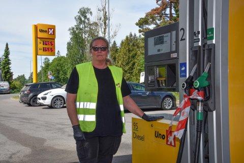 STÅR PÅ - NÅ BLIR TING NYTT: Markedsansvarlig Anne Engebretsen sprayer desinfiserende middel på pumpene på Uno-X-stasjonen på Sofiemyr.