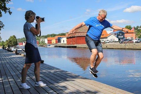 HOPP I DET!: HA-redaktør Hans-Petter Kjøge og markedssjef Anette Henning i Berg Sparebank oppfordrer til å ta utfordringen og sende inn dine beste sommerbilder. Da kan du vinne et reisegavekort på en verdi av 10.000 kroner.