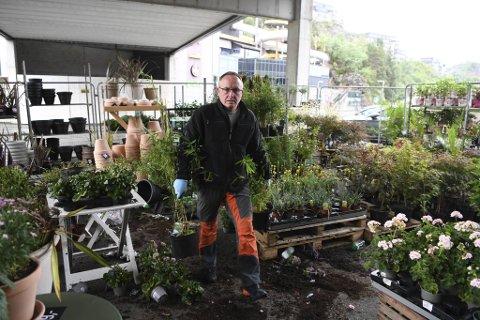 Tom Willy Grongan hadde sin fulle hyre med å rydde opp etter hærverket i blomsterbutikken på Vestkanten.