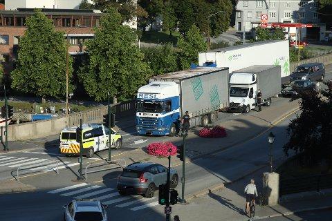 RUTINEKONTROLL: Politiet stoppet en trailer og en varebil i 19:20-tiden på bybrua.