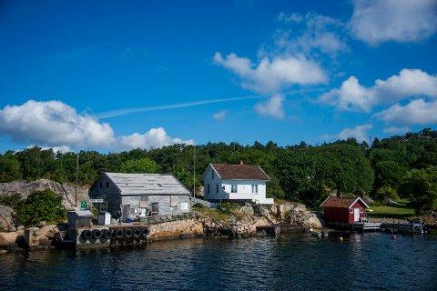 Det er nå snakk om å flytte fergekaia på bildet  45 meter lenger vest. Grunneieren på Nordre Sandøy vil lage ferieleilighet  til familien sin i  bygget til venstre på bildet, som har lemmer for vinduene  og er alvorlig tæret av tidens tann . Bygget skal ha stått tomt i flere tiår, men var en gang i tiden  butikk for beboerne på Nordre Sandøy.