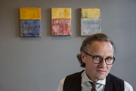Dag Ronny Pettersen med noen av maleriene fra høstens utstilling på Galleri Røed bak seg