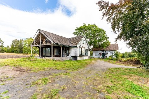 MYE Å TA TAK I: Bygningene på småbruket krever totalrenovering. Kårboligen bak må trolig rives.