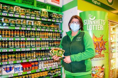 ØKT SALG: – Det er disse posene med to kryddernøtter i som har vært etterspurt av ungdommer på Knapstad i det siste, konstaterer butikksjef på Kiwi, Cecilie Lundin Moen (49).