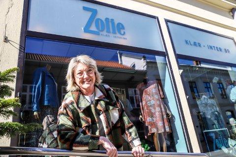 SATSER: Pernille Flyvholm følte den siste nedstengningen som et slag i magen, men hun velger å se positivt på framtiden og lanserer nå en egen nettbutikk hvor hun selger klær og interiør.