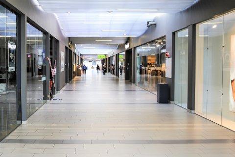 STILLE: Det er mer rolig enn normalt på Tista senter i disse dager, men noen butikker får holde åpent og andre praktiserer klikk&hent. I denne artikkelen gir vi deg oversikt over dagens situasjon ved byens kjøpesenter.