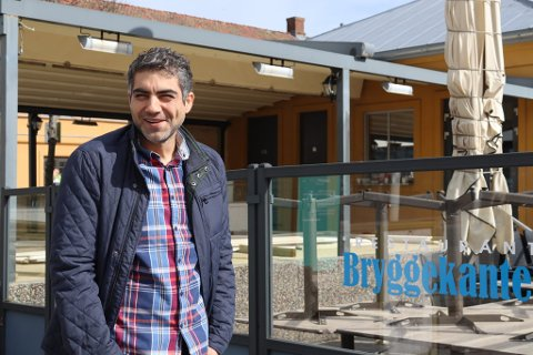 PUSSER OPP: Selim Kocu, eier og driver av Havna Restaurant og Restaurant Bryggekanten, pusser nå opp sistnevnte i håp om å kunne få en ny og frisk sesongstart i 2021.