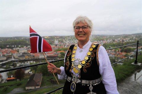 FIN DAG: Selv om det ble en annerledes 17. mai også i år, synes ordfører Anne-Kari Holm det ble en fin nasjonaldag. Her fotografert på Dronningen bastion like etter salutten klokken 12.00.