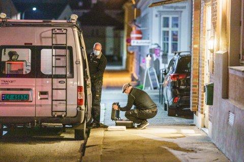 NYE AVHØR: Mandag 3. mai ble en mann knivdrept av sin søster i en leilighet i sentrum. Kvinnen sitter nå varetektsfengslet i fire uker. Politiet skal avhøre kvinnen på nytt når de har fått svar på taktiske undersøkelser.
