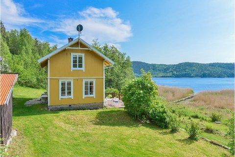 USJENERT: Stenhoggerhuset ligger usjenert til rett ved Iddefjorden nær Bakke.