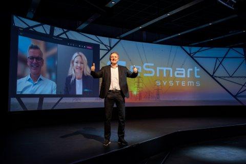 Knut Johansen og eSmart Systems går sammen med Verico. Bak ser vi Siri Kalvig fra samarbeidspartner Nysnø, og Vidar Blomvik fra Verico.