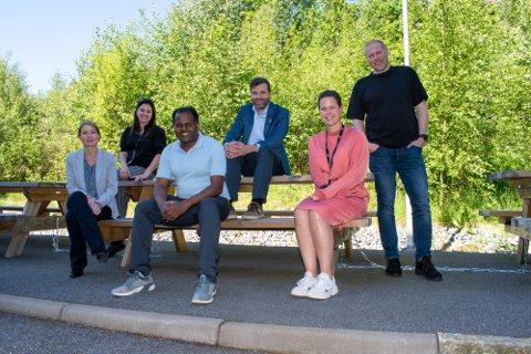 GODE KOLLEGER: De fleste sitter fortsatt på hjemmekontor, men et knippe ansatte fra Smart Innovation Norway stilte gladelig opp for bildetaking utenfor kontoret da de fikk nyheten om nominasjonen.
