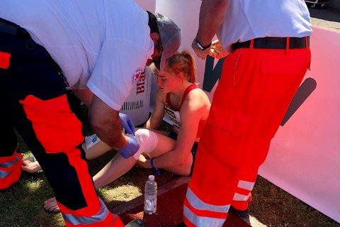 SKADET: Henriette Jæger gikk i bakken på 100 meter hekk i Ratingen, Tyskland. Hun fikk hjelp av helsepersonell på stedet, og ble senere kjørr til sykehus.