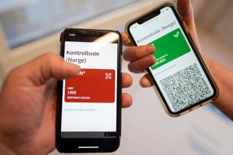 PASS: FHI har kommet med et nytt koronasertifikat der en QR kode i en mobil applikasjon viser grønn om en person er fullvaksinert eller rød dersom man ikke er det. Koronasertifikatet ligger på Helsenorge.no , og kan vises ved kontroll, lastes ned på mobil eller skrives ut fra disse sidene. Alle som logger seg inn på Helsenorge, kan allerede nå se den oppdaterte versjonen med grønt og rødt lys og QR-koder for kontroll.