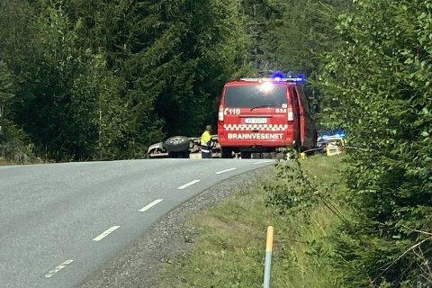 VELTET OVER: En personbil kjørte av veien og veltet over på siden, rundt 16:00. Ulykken skjedde på Aremarkveien på grensen mellom Aremark og Marker kommune.