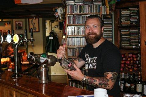 Smitte på Siste Reis: Carl Emil Molin sier de var forberedt på at det kom til å komme smitte på den populære puben. Nå er to ansatte satt i karantene, men puben holder åpent som vanlig.
